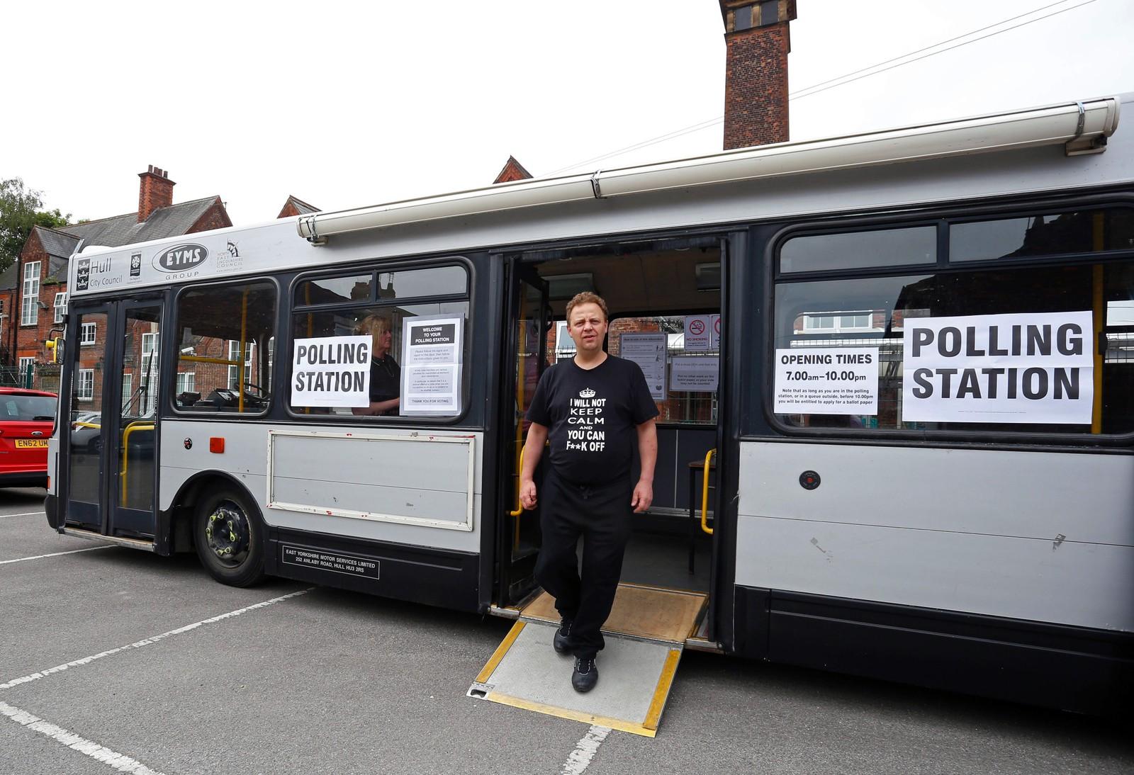 I Kingston-Upon-Hull, nord i England, kan folk avgi sin stemme i en buss.