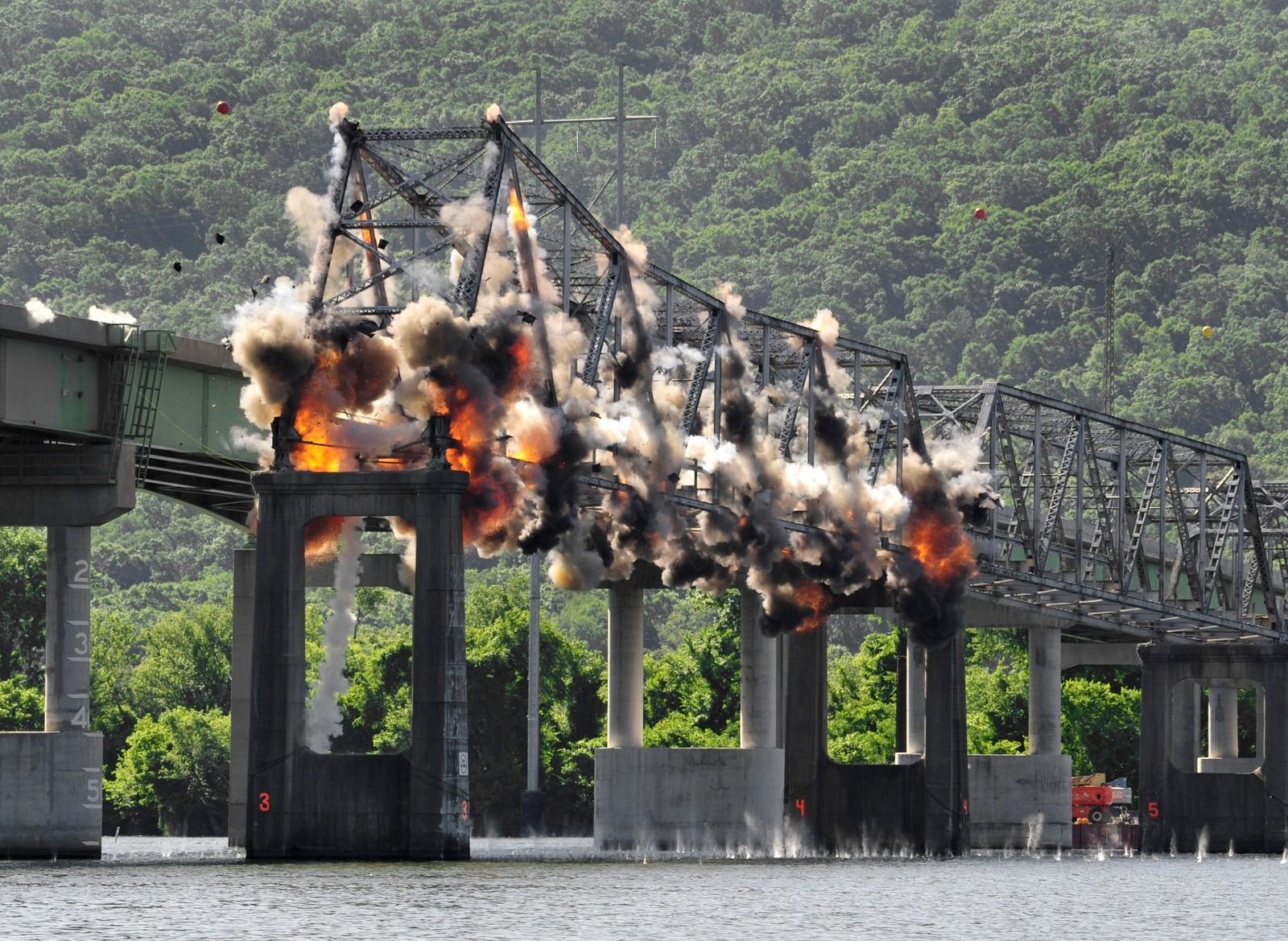 B.B. Comer-broen i Scottsboro, Alabama i USA ble sprengt bort denne uka. Den 653 meter lange broen over Tennessee-elven sto ferdig i 1931. En ny bro sto ferdig tidligere i år, og selv om flere har forsøkt å bevare broen.