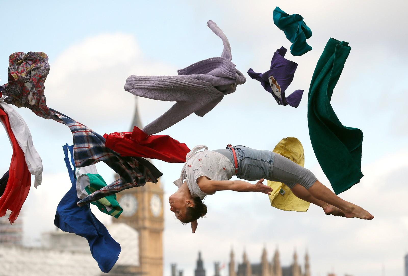 """Sirkusartister opptrer i London for å markere """"Cirkus25"""", som er en feiring av at Philip Astley skapte det som regnes for det første moderne sirkuset for 250 år siden."""