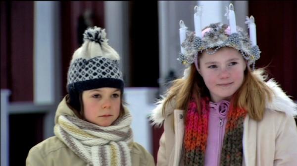 Sankta Lucia.       Ungene i Svingen har bestemt seg for å gå i luciatog. Stemningen er høy, helt til de begynner å krangle om hvem som skal få bære luciakronen som moren til Victoria har laget.