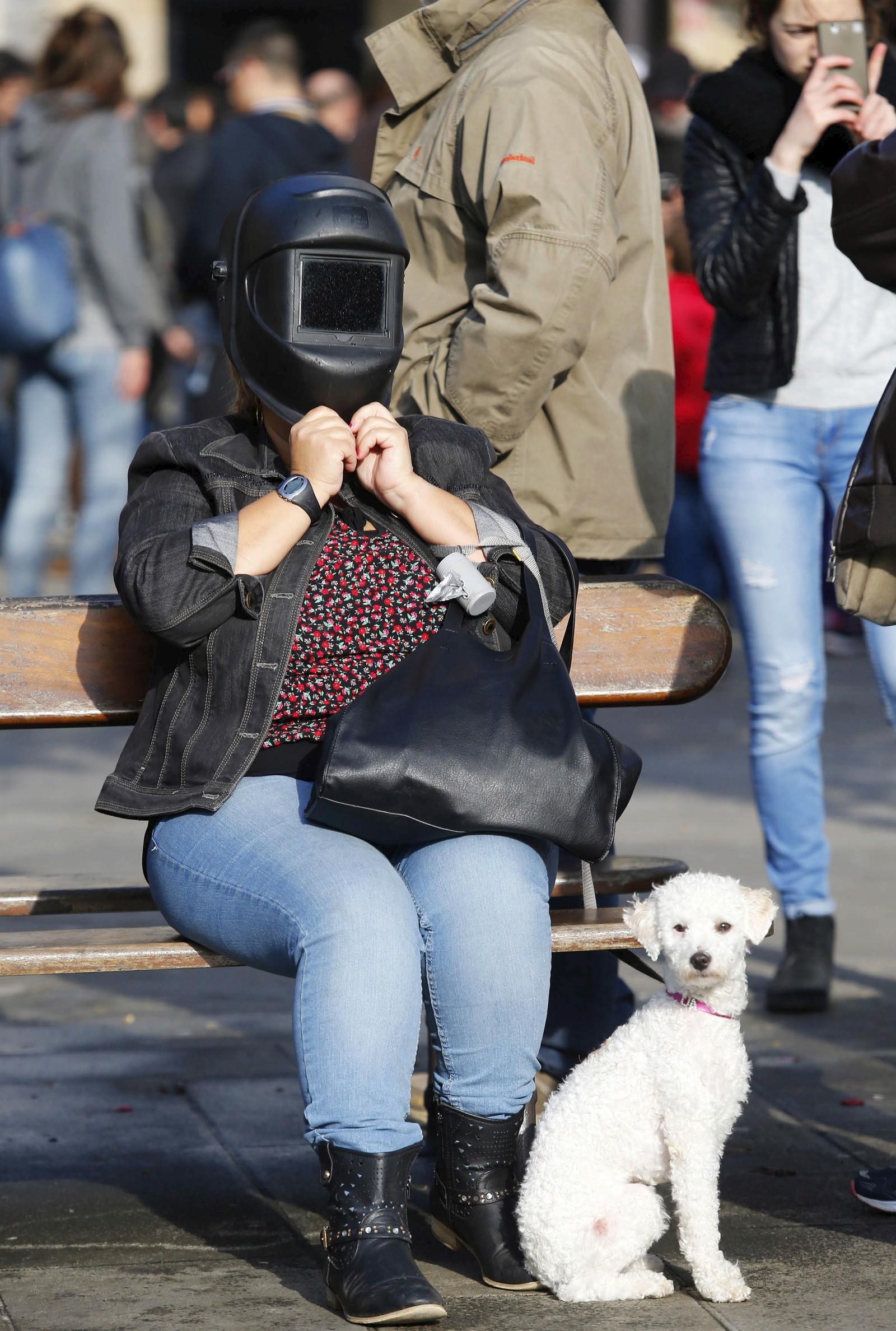 En kvinne med sveisermaske i Pontevedra, Spania.
