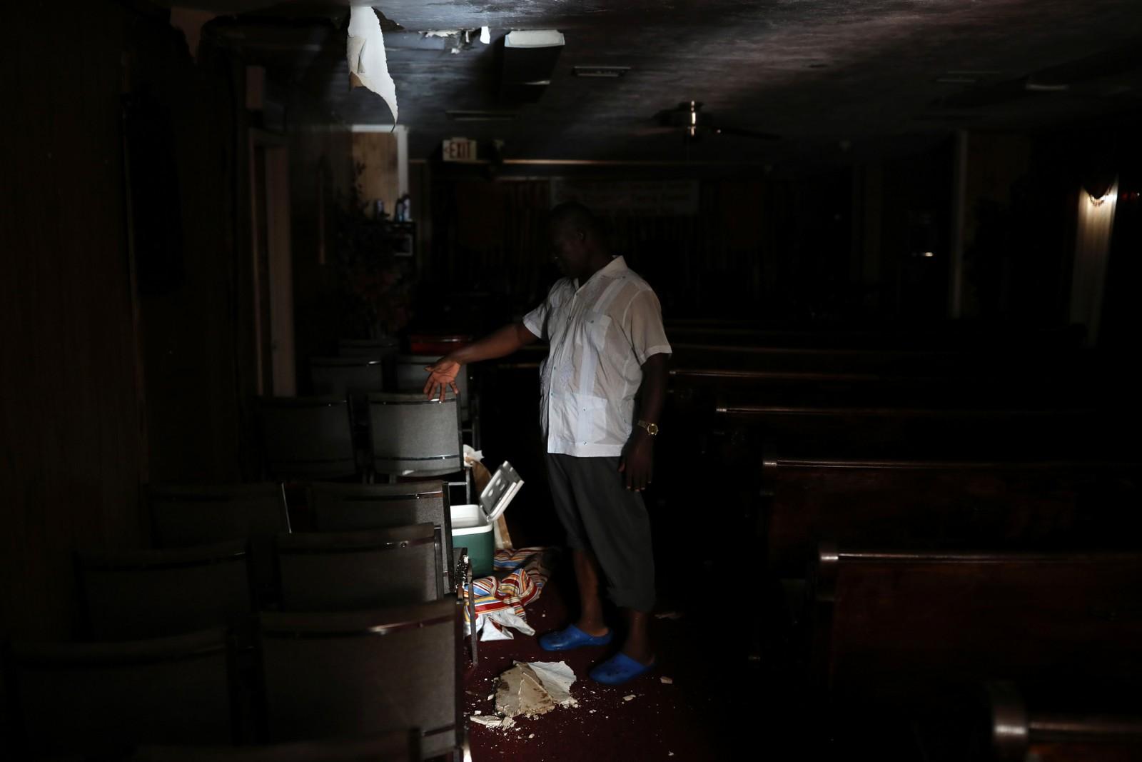 Presten Louicesse Dorsaint viser frem kirken sin etter oversvømmelsen.