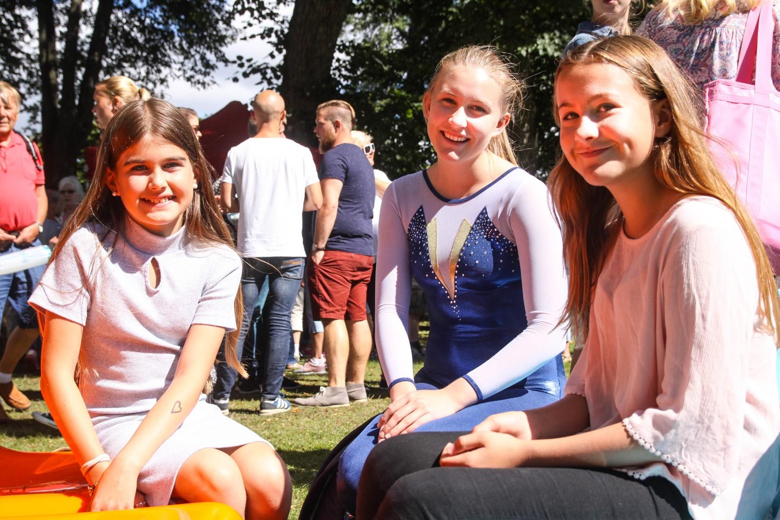 Søstrene Maiken (15), Maja (11) og Tuva Gravdahl Nilsen (13) koste seg i Hafslundparken i dag. De gledet seg over å få lov til å oppleve tusenårsmarkeringen.