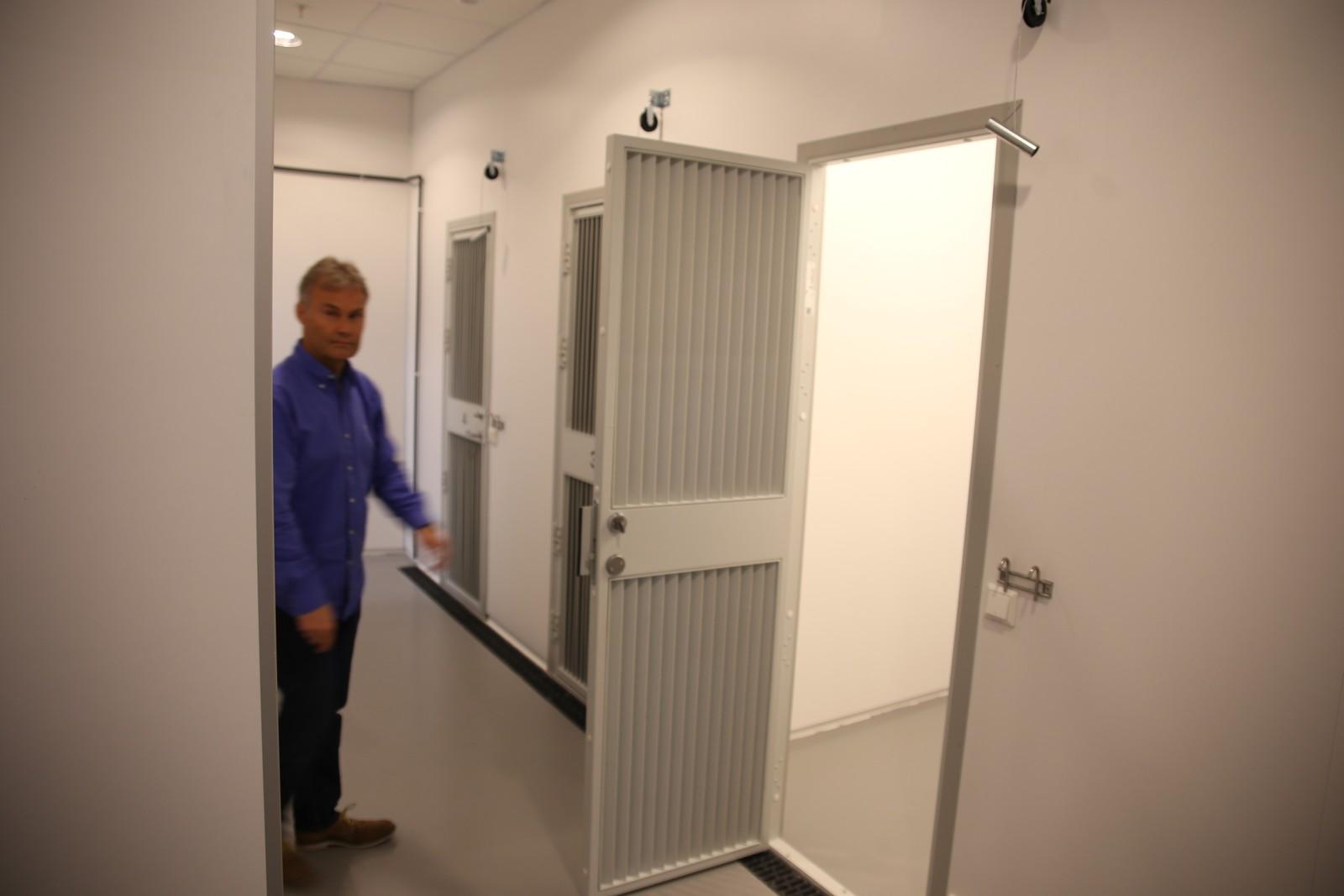 Prosjektleder Trond Berntsen viser fram rommene hvor politihundene skal ha tilhold.