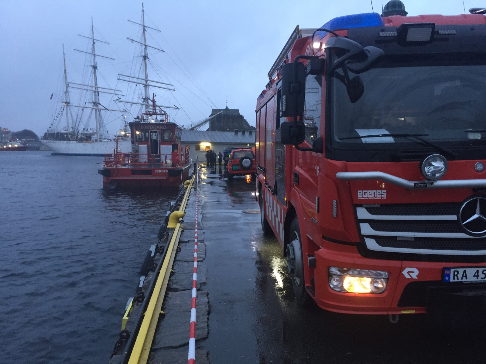 I BEREDSKAP: Mannskaper fra brannvesenet er i beredskap i forbindelse med stormfloen.