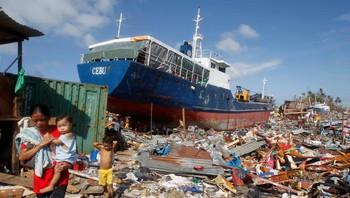 Lastskip slengt på land i Tacloban på Filippinene