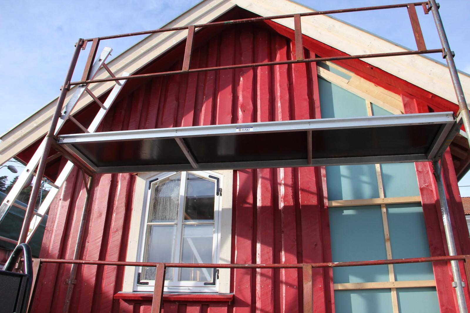 Ny fasade sett fra baksiden fra vannet. Vinduet er pusset opp, og satt inn igjen.