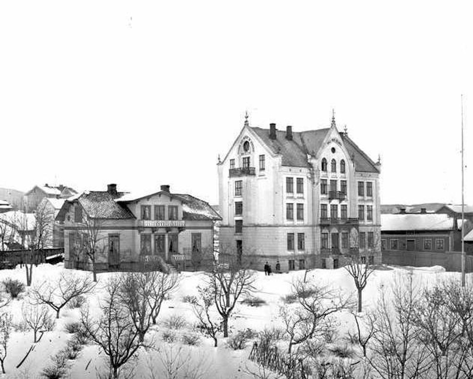 Dette bildet ble tatt av Studenterhjemmet rundt 1880, få år etter at huset stod ferdig i Underhaugsveien 13. I disse årene bodde forfattere som Sigbjørn Obstfelder og Arne Garborg på Studenterhjemmet.