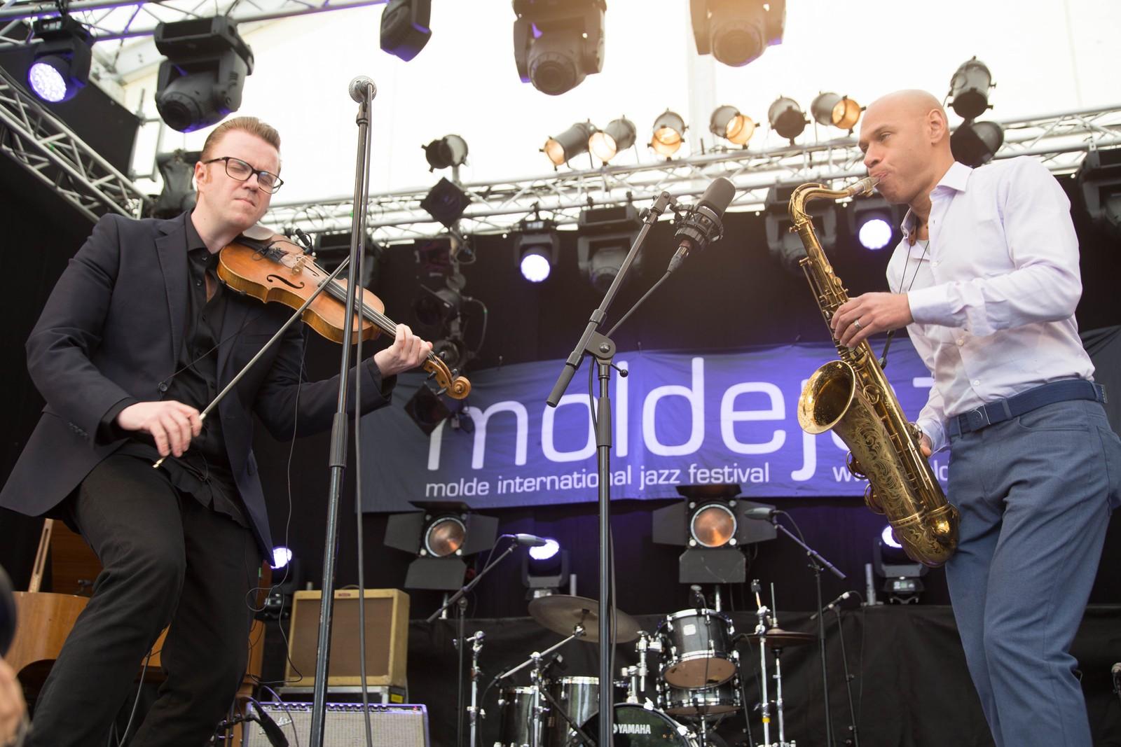 Ola Kvenberg og Joshua Redman under åpningen av årets moldejazz.