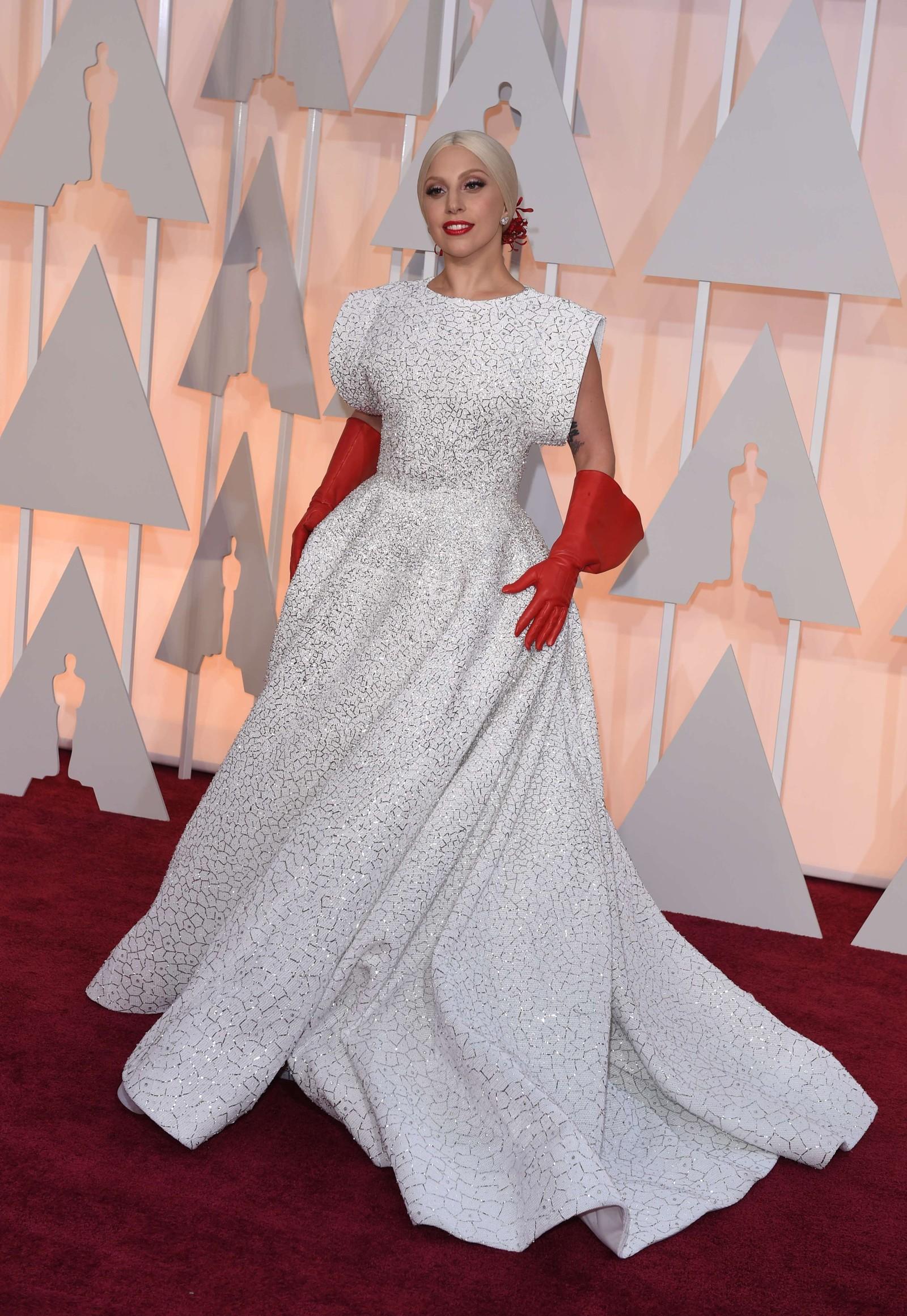 VERST: Lady Gaga ødelegger en ellers fin kjole fra Azzedine Alaia med røde oppvaskhansker som tilbehør, mener NRKs ekspert.