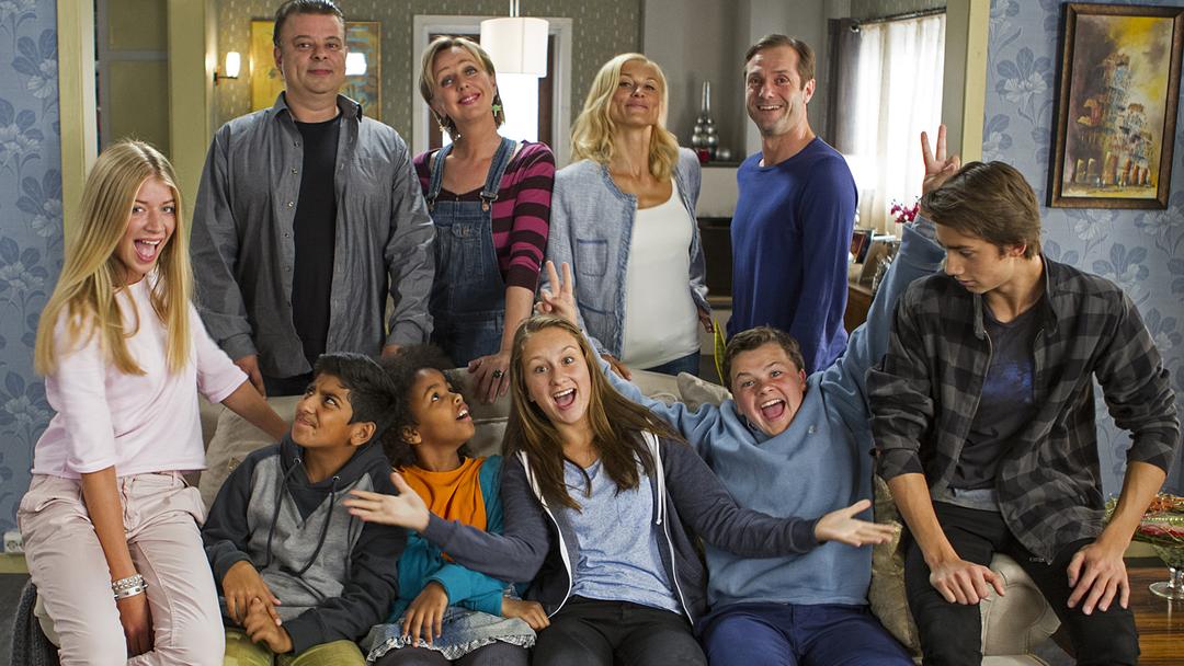 Gruppe bilde av karakterene i serien Alle sammen sammnen
