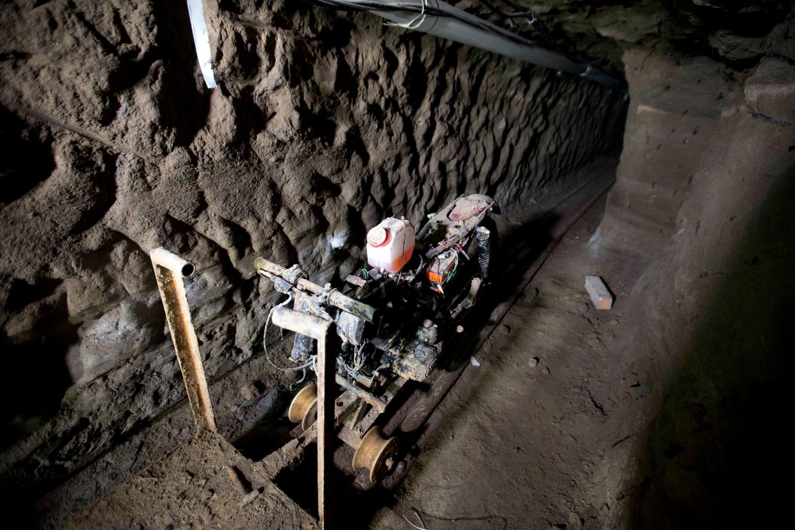 En motorsykkel montert på skinner sto og ventet rett under cella til Guzman.