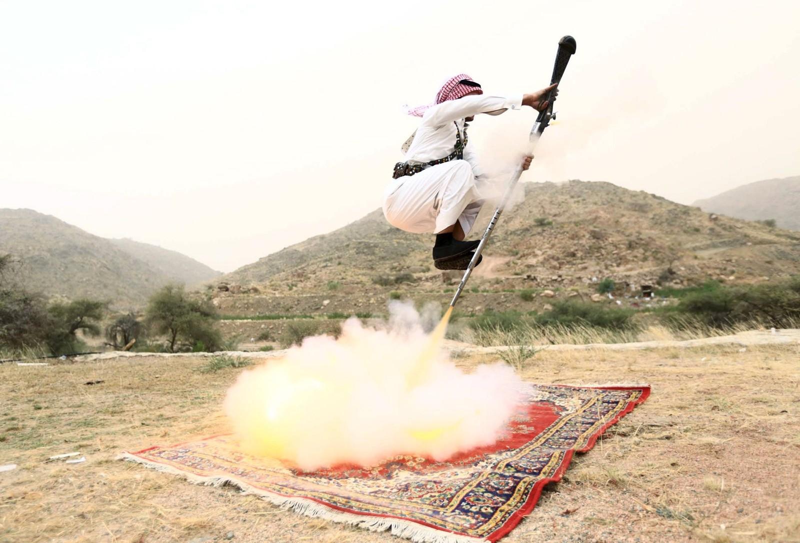 En mann avfyrer våpenet sitt samtidig som han utfører en tradisjonell dans i den saudiske byen Taif. Denne dansen utføres som regel i forbindelse med bryllup eller andre festiviteter.