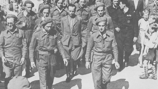 Gestapo-sjef Helmut Klötzer (i midten) hadde hovudkvarteret sitt i Høyanger under andre verdskrigen. Her er rollene bytte om, Klötzer er henta tilbake til Høyanger etter å ha prøvd å rømme i maidagane 1945.