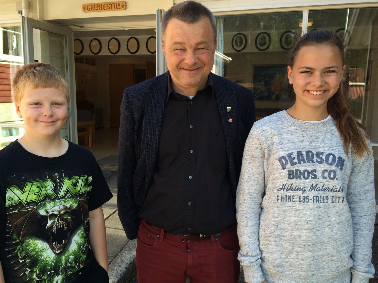 Adrian Aamlid Madsen (5. klasse), ordfører i Birkenes Anders Christiansen og Nathalie Vehusheia(7. klasse).