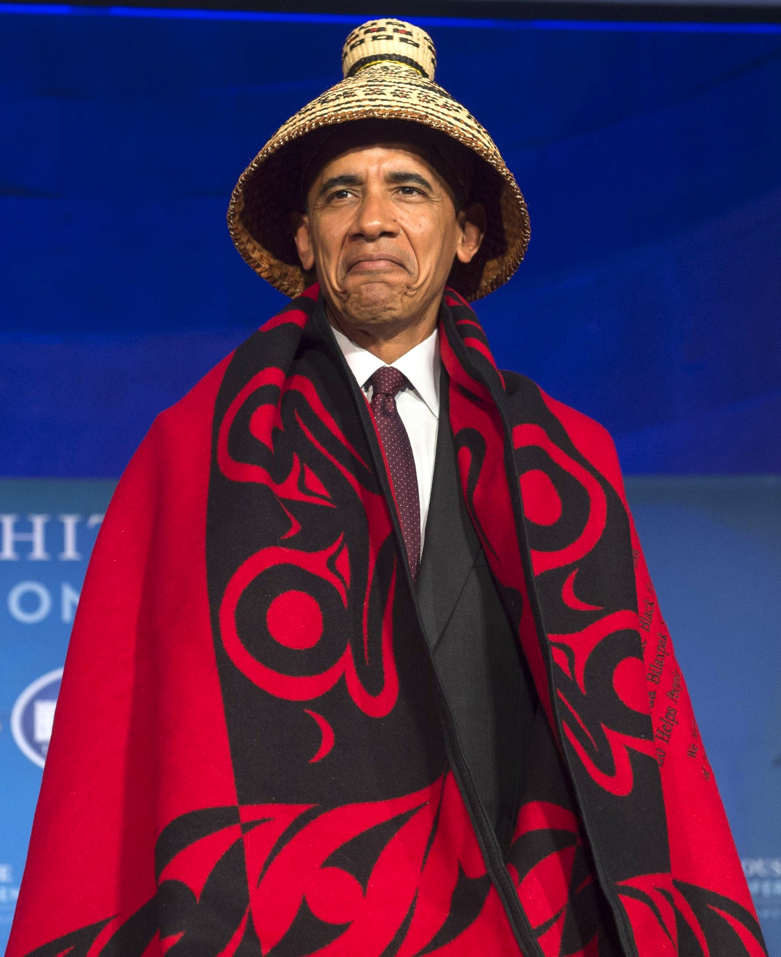 "Hvordan skal man tolke det ansiktsuttrykket? President Obama har fått på seg et indianerkostyme under ""The 2016 White House Tribal Nations Conference"" i Washington DC i USA den 26 september."