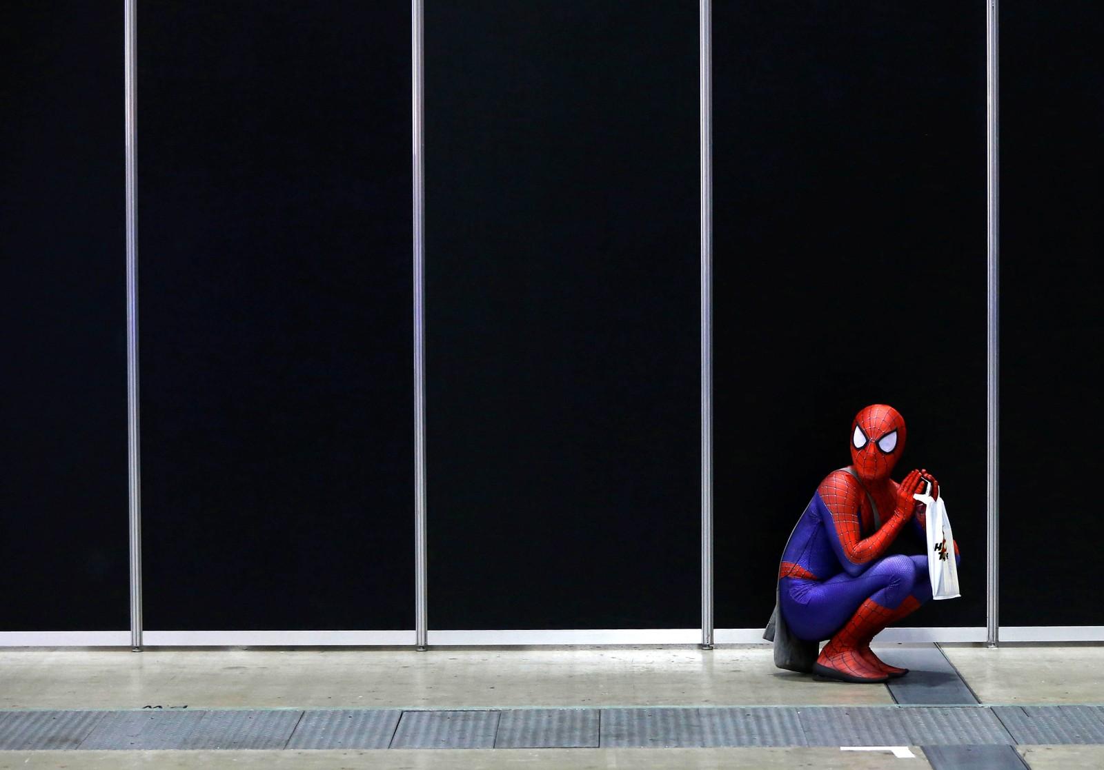 Spiderman tar seg en pause under Tokyo Comic Con i Japan.