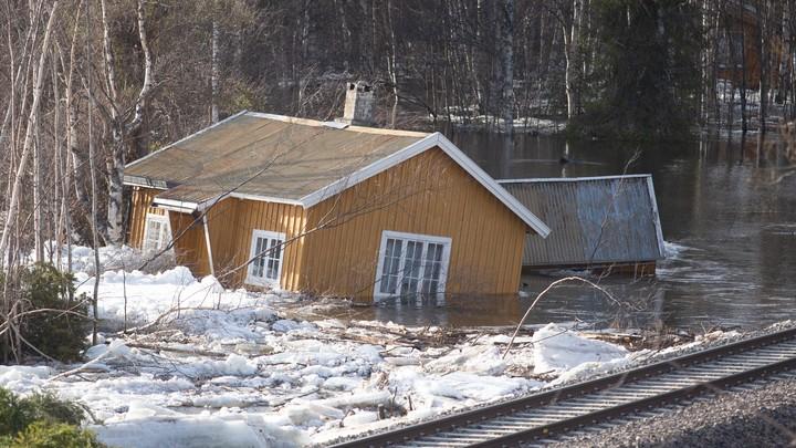 Store is og vannmasser i Glomma - Foto: Fredrik Hagen/NTB scanpix