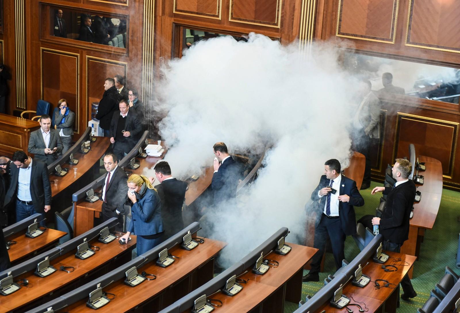 En krangel mellom regjering og opposisjon førte til dette tåregass-angrepet i parlamentet i Kosovo denne uka.