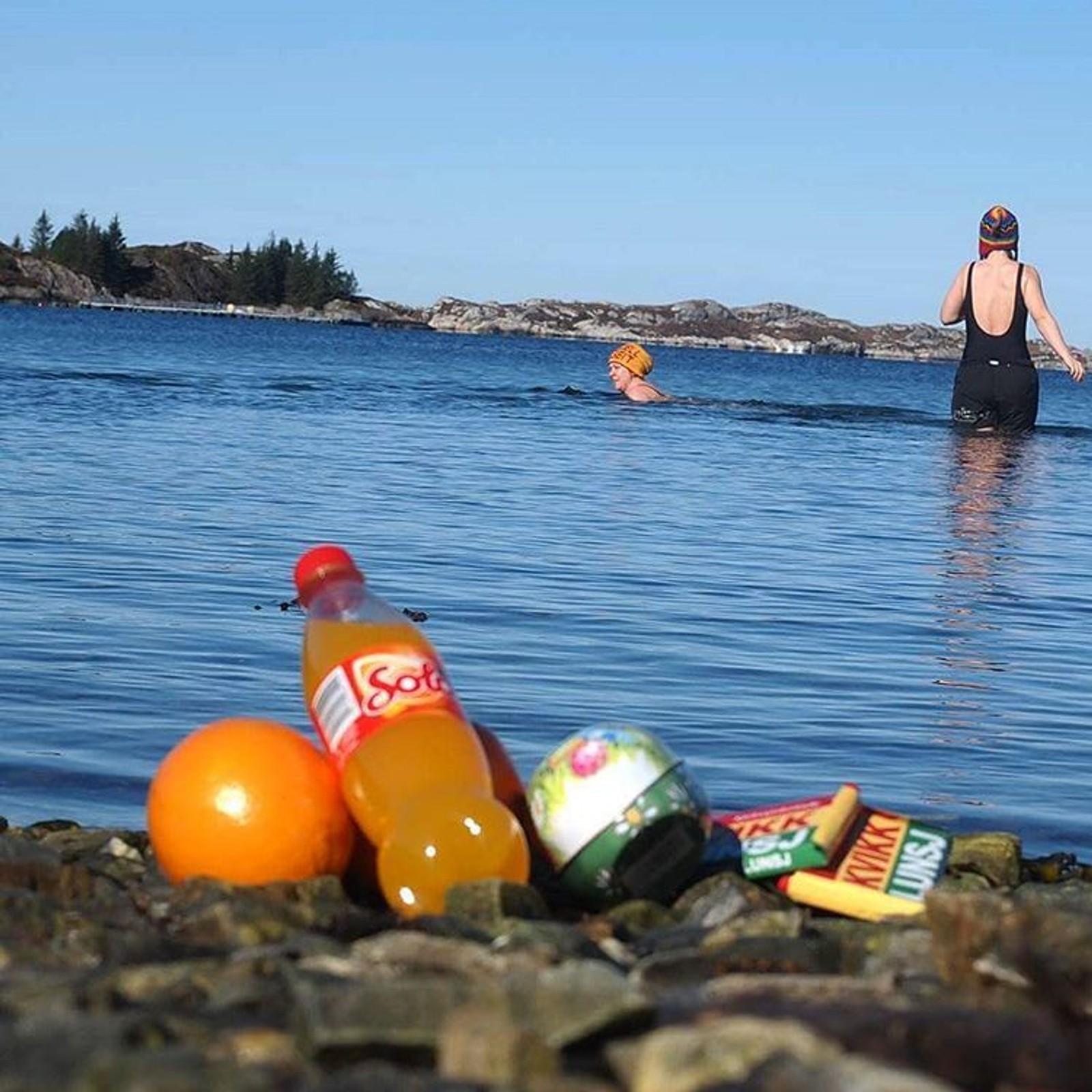 Friskt! Sjølv om sola skin, er nok ikkje temperaturen i havet heilt på sommarnivå enda.