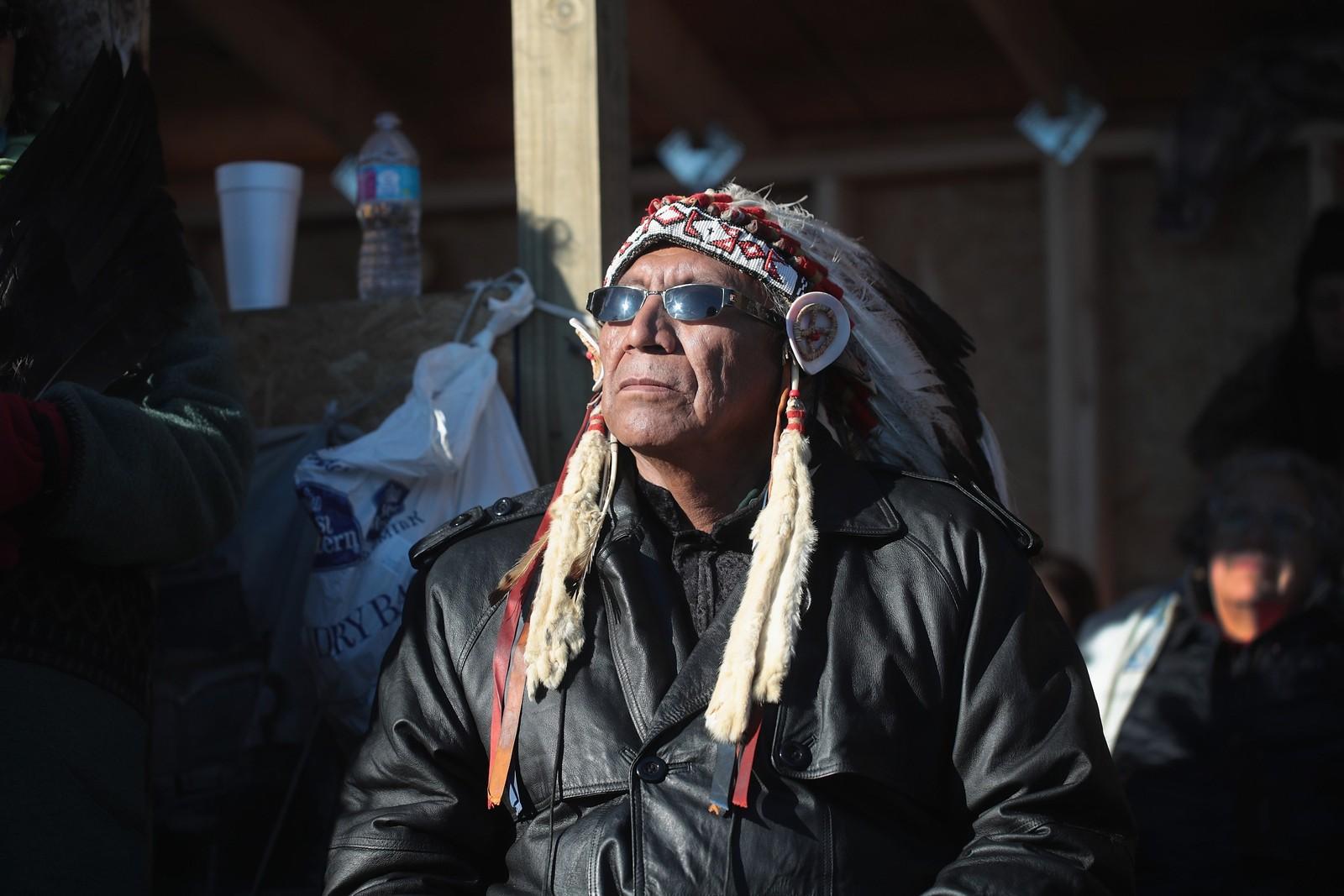 Høvding Arvol Looking Horse ser på mens det tales for de mange demonstrantene som er samlet ved Standing Rock. Denne uka ble det kjent at USA setter en midlertidig stopp for det omstridte oljerørprosjektet.