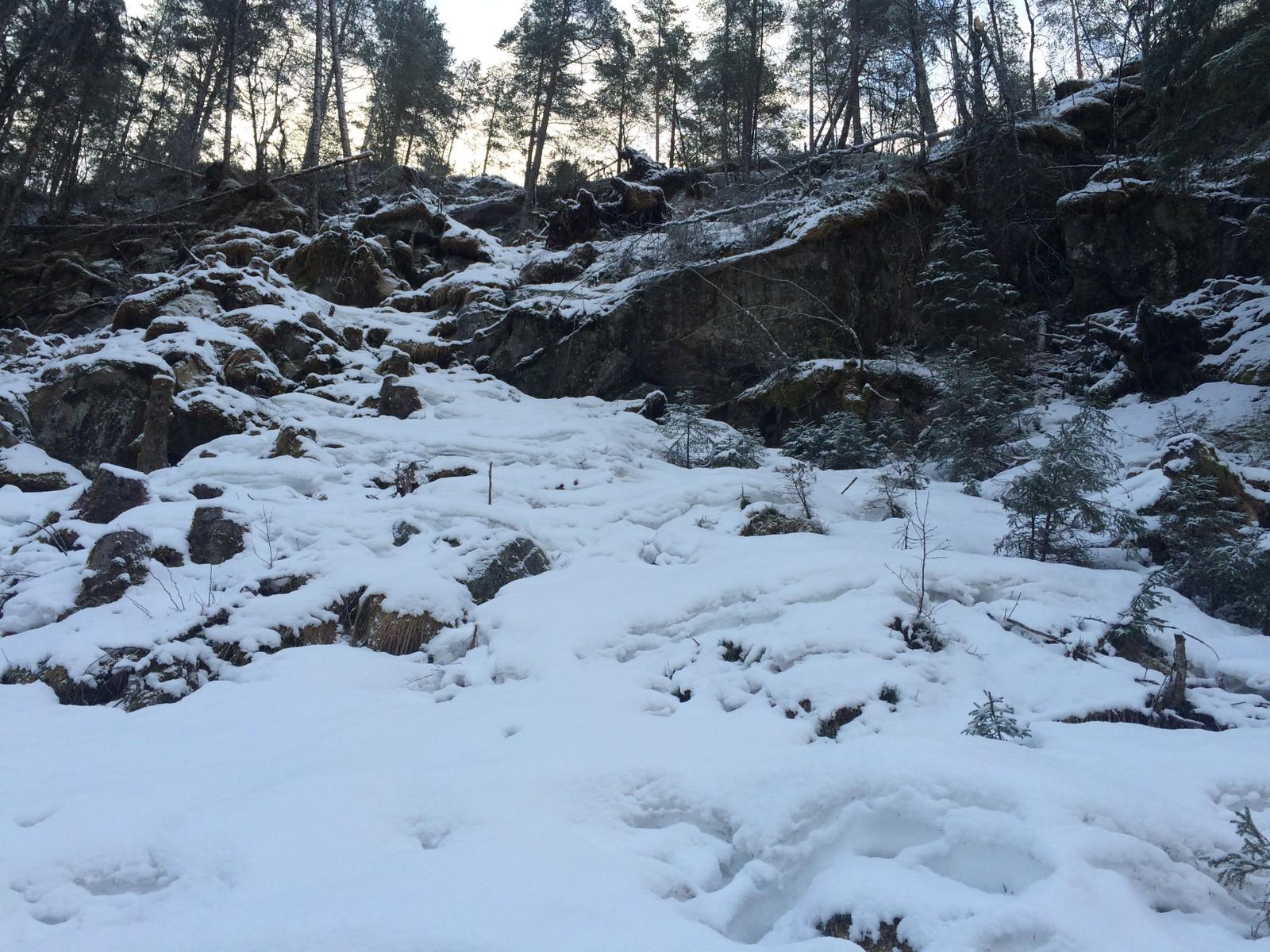 IKKJE TRYGT: I helga rasa det store steinar ned frå denne fjellsida. Boltar og netting skal hindre fleire ras.