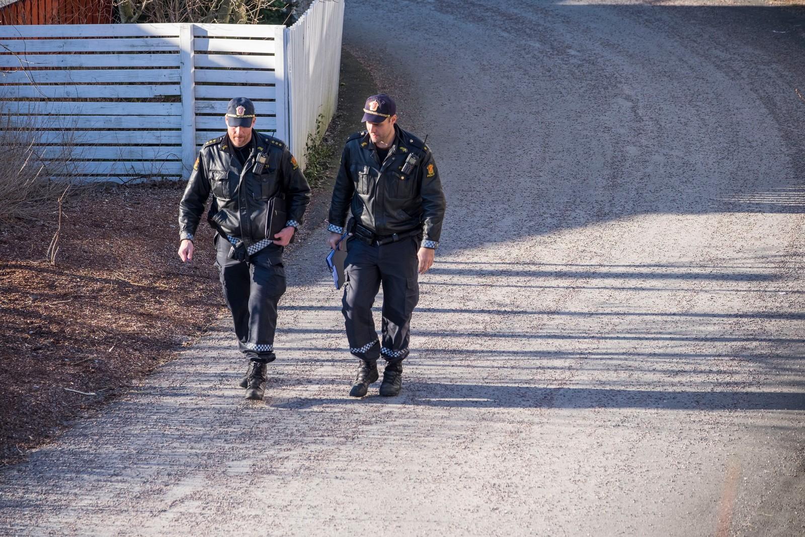 Politiets teknikere jobber på åstedet på Hånes i Kristiansand der en mann i 60 årene ble drept sent fredag kveld.