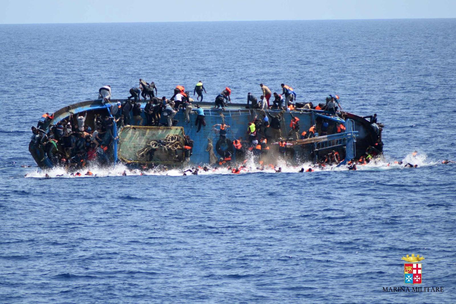 550 migranter tok sjansen på å krysse Middelhavet i denne båten denne uka. Utenfor kysten av Libya gikk det galt. De fleste ble redda av mannskapet på et italiensk marineskip, men minst fem av dem som var om bord i den gamle fiskebåten omkom da den veltet.