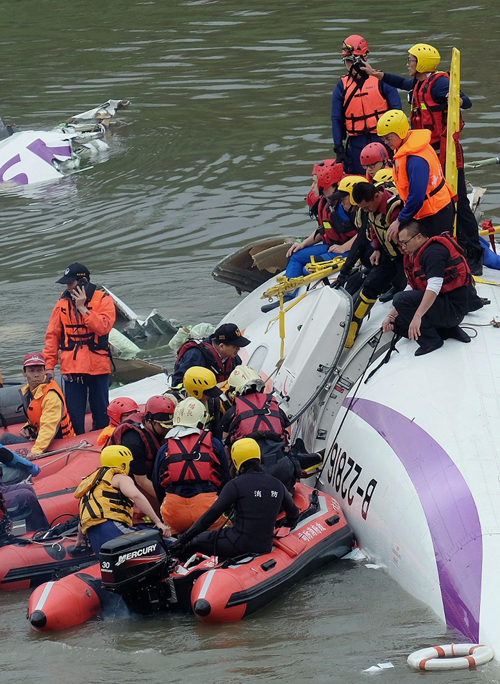 TV-bilder viser at redningsmannskaper i båter kjemper en desperat kamp å hente passasjerene ut av flyvraket.