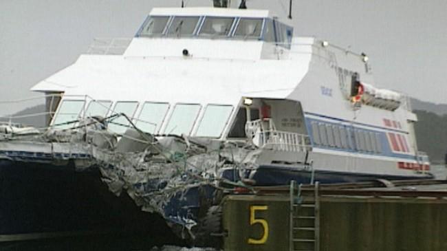 """""""Sea Cat"""" heldt seg flytande, men fekk store skader etter ulukka i 1991. Foto frå TV-reportasje, Asle Veien, NRK."""