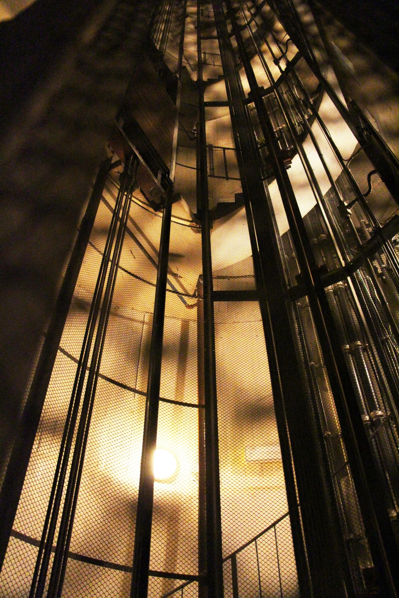 Trappa snor seg opp langs veggen inni Tryvannstårnet, mens heisen (som ikke lenger virker) går i midten.