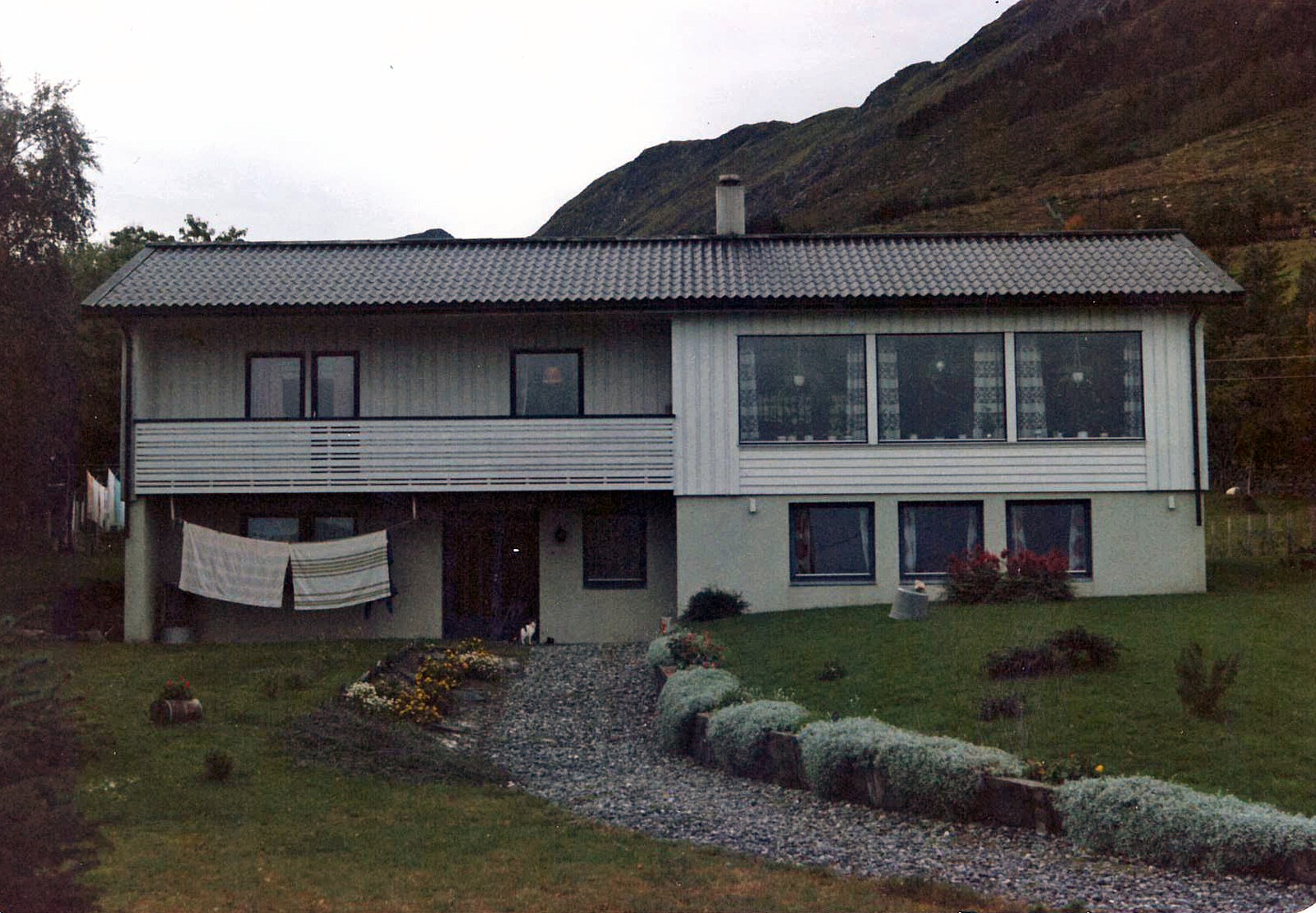 Slik såg huset til Karin og Kåre Nyheim ut før nyttårsorkanen 1992.