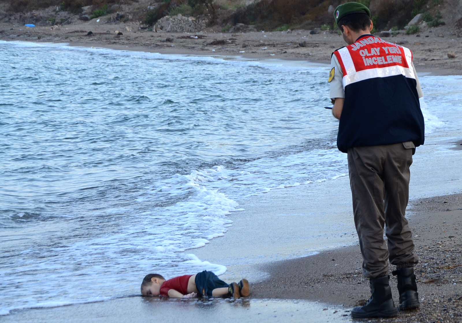 Bildet av den døde 3-åringen Aylan Kurdi har blitt selve symbolet på flyktningkrisen i Europa. Bildet er fra en strand i Bodrum i Tyrkia 2. september.