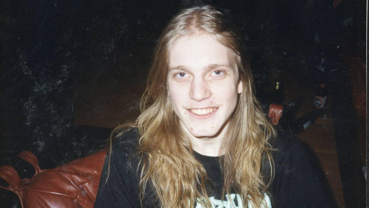 Nærbilde av Pelle Ohlin på fest. Han ser litt brydd ut, men smiler til kameraet.