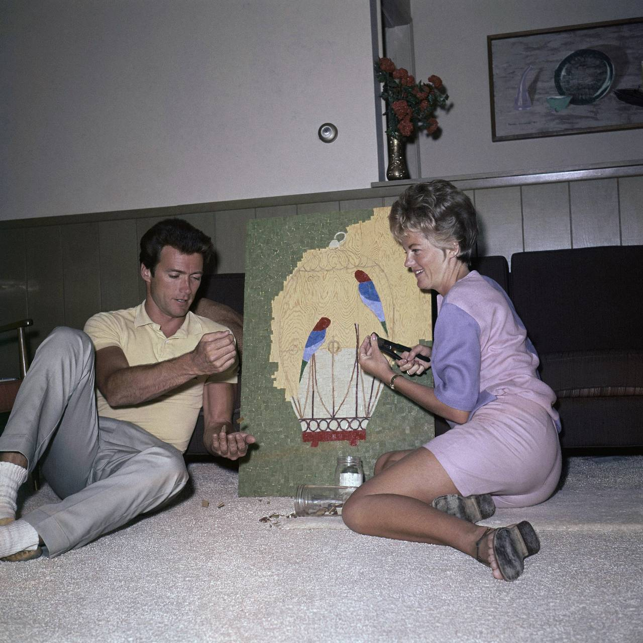 Clint Eastwood og kona Maggie driver med noe mosaikk-kunst-greier i 1962.