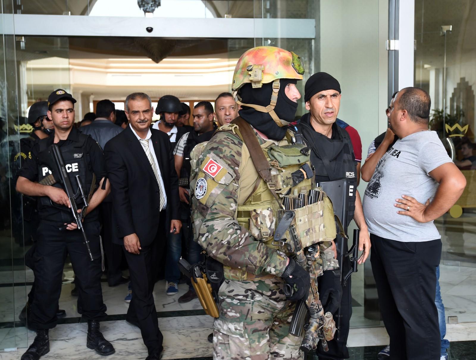 Tunisiske sikkerhetsstyrker ved inngangen til Imperial hotel.