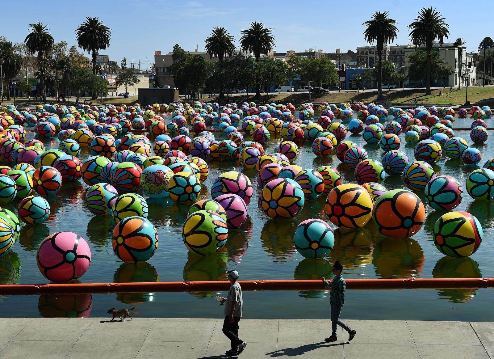 """3000 håndmalte vinylballer utgjør kunstverket """"The Spheres at MacArthur Park"""", som pynter denne dammen i MacArthur Park i Los Angeles."""