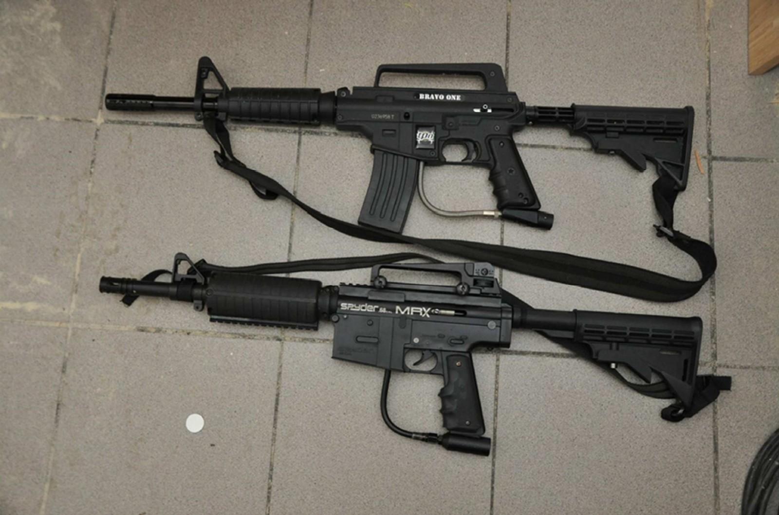 Det ble også funnet to softgun på åstedet. Kvinnen hevdet at faren og de andre medtiltalte brukte våpen under bortføringen. Dette nekter faren for i retten.