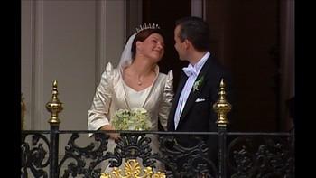 Hva folket og ikke minst pressen ville si om Ari Behn, var usikkert. Paret vurderte å holde forholdet hemmelig for å skåne kongefamilien. Men med kongeparets velsignelse tok de opp kampen.