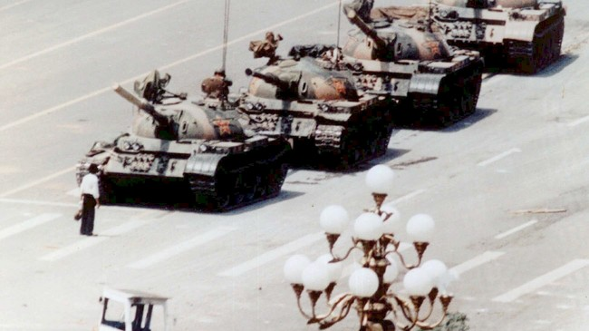 Den himmelske freds plass, Beijing 1989: En protesterende student stanser panservogner som skal fjerne reformdemonstranter. Den kinesiske regjering ble fordømt av hele verden. Mange hundre demonstranter ble drept.