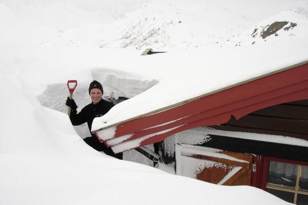 Enkelte år er det heftige snømengder ved Snytindhytta - Foto: Trond Løkke