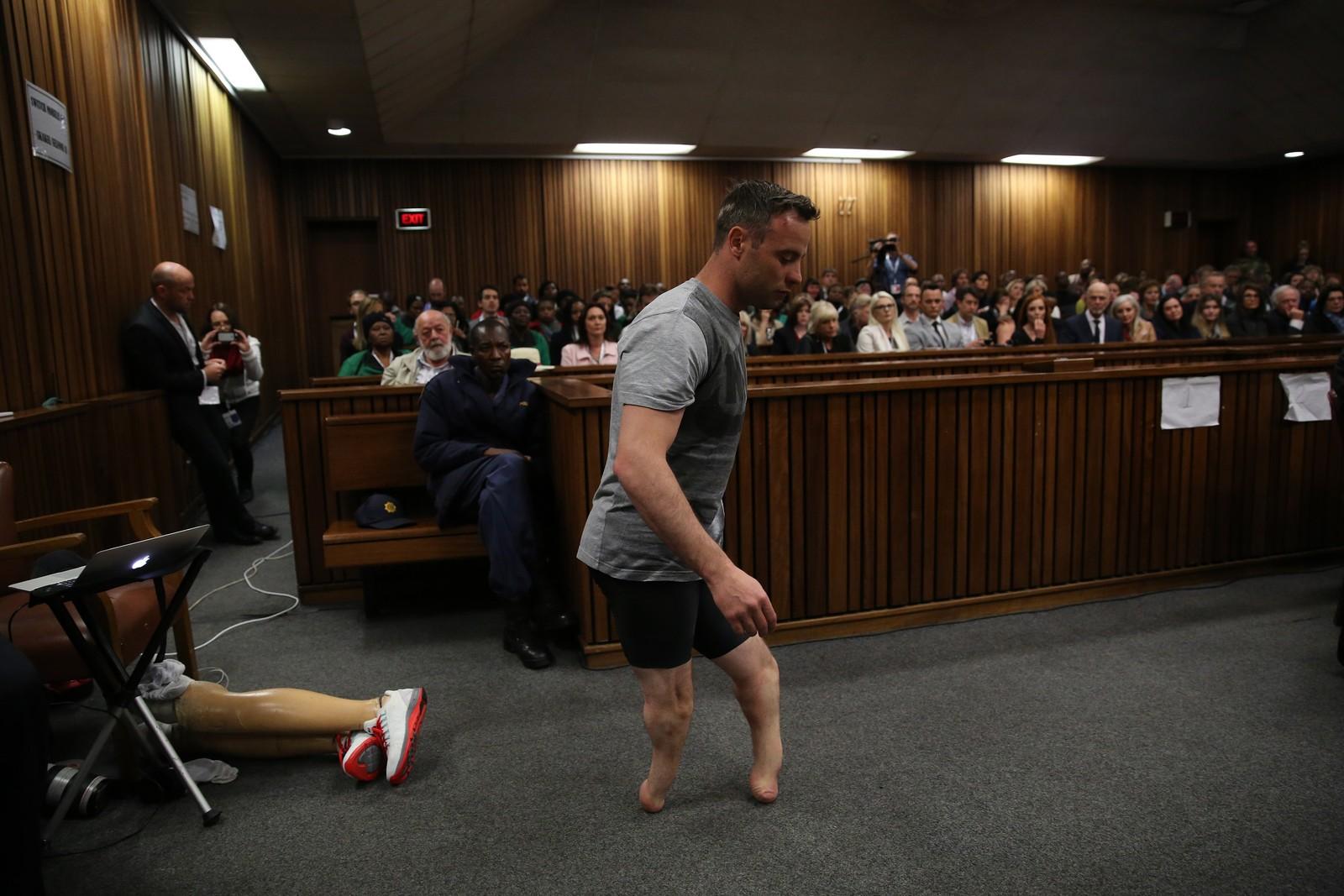 Paralympics-vinner Oscar Pistorius demonstrerte for retten hvordan han går uten protesene sine i høyesterett i Pretoria i Sør-Afrika. Aktor mente Pistorius bevisst skjøt for å drepe kjæresten Reeva Steenkamp i 2013. Han ble dømt til seks års fengsel.