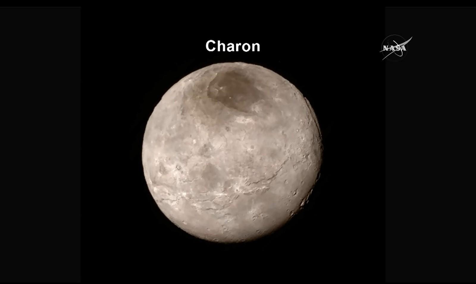 Dette er et detaljert bilde av månen Charon.