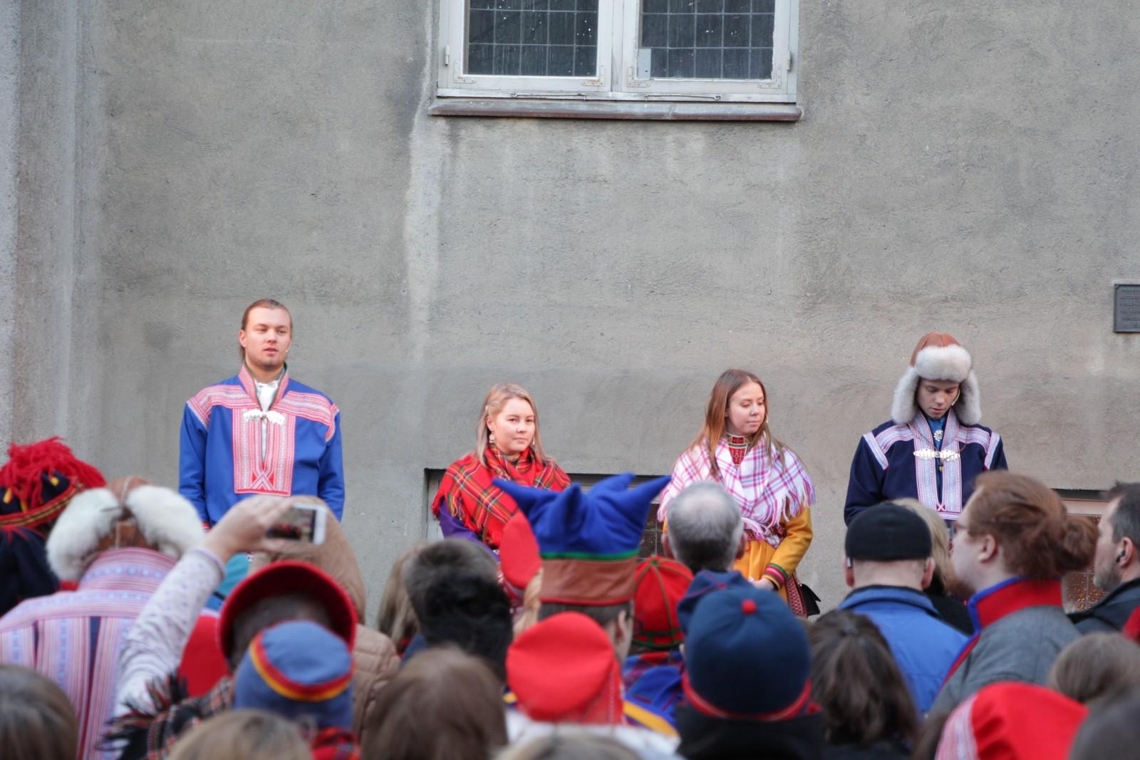 Ungdommene tilhørende det samiske Veiviser-prosjektet, Knut Mikkel Hætta (20), Maja-Sofie Larsen Fjellström (21), Oda Celin Kjær Eriksen (19) og Ole Nicklas Mienna Guttorm (20) åpner 100-årsmarkeringen utenfor Metodistkirken.