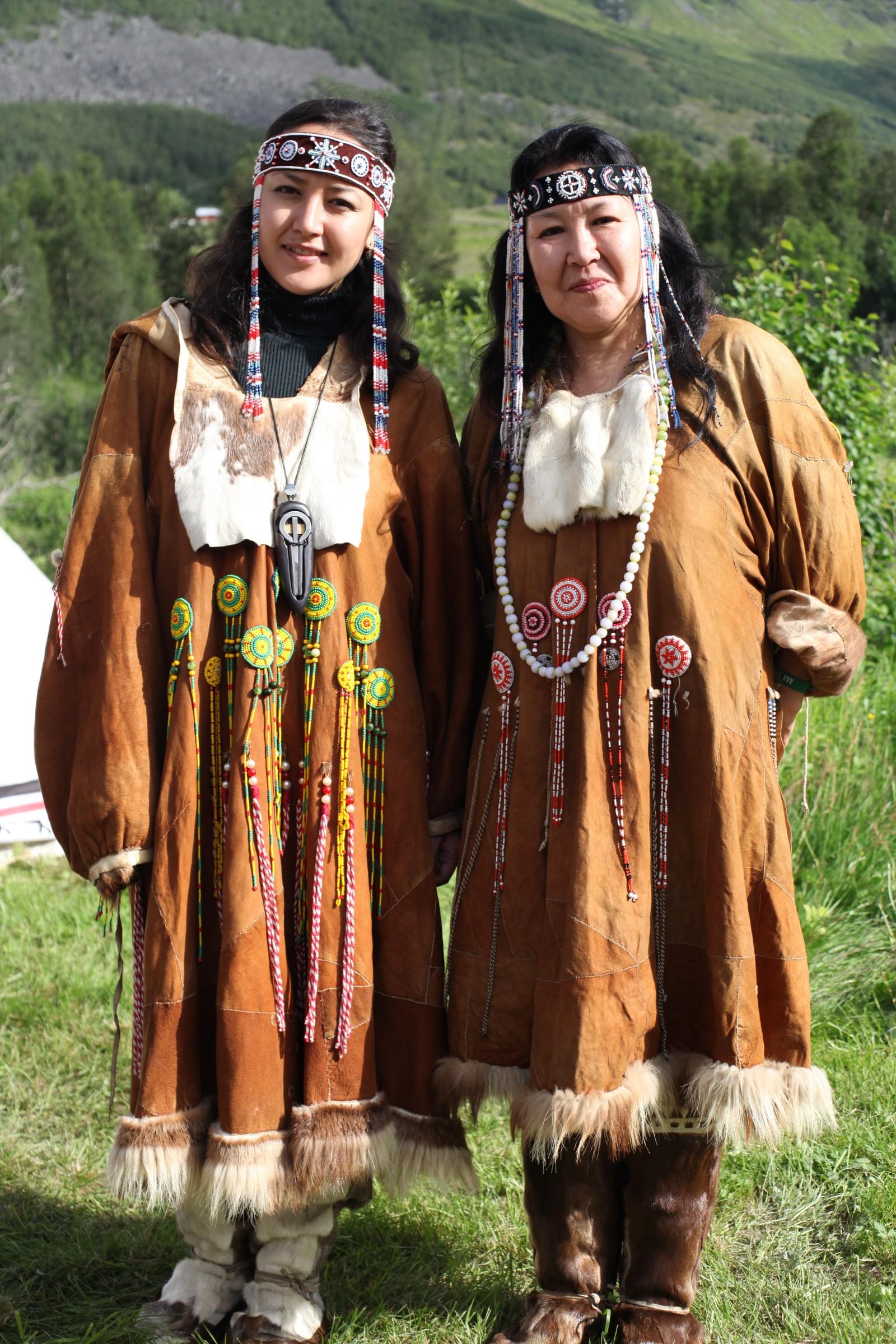 Mor Militina og datter Olit Tevljnaut får mye oppmerksomhet på grunn av de vakre dekorasjonene på klærne deres. - Fargevalg, mønstre og perler har alle en viktig betydning. De sier noe om om vår historie og de skal beskytte oss, sier de.
