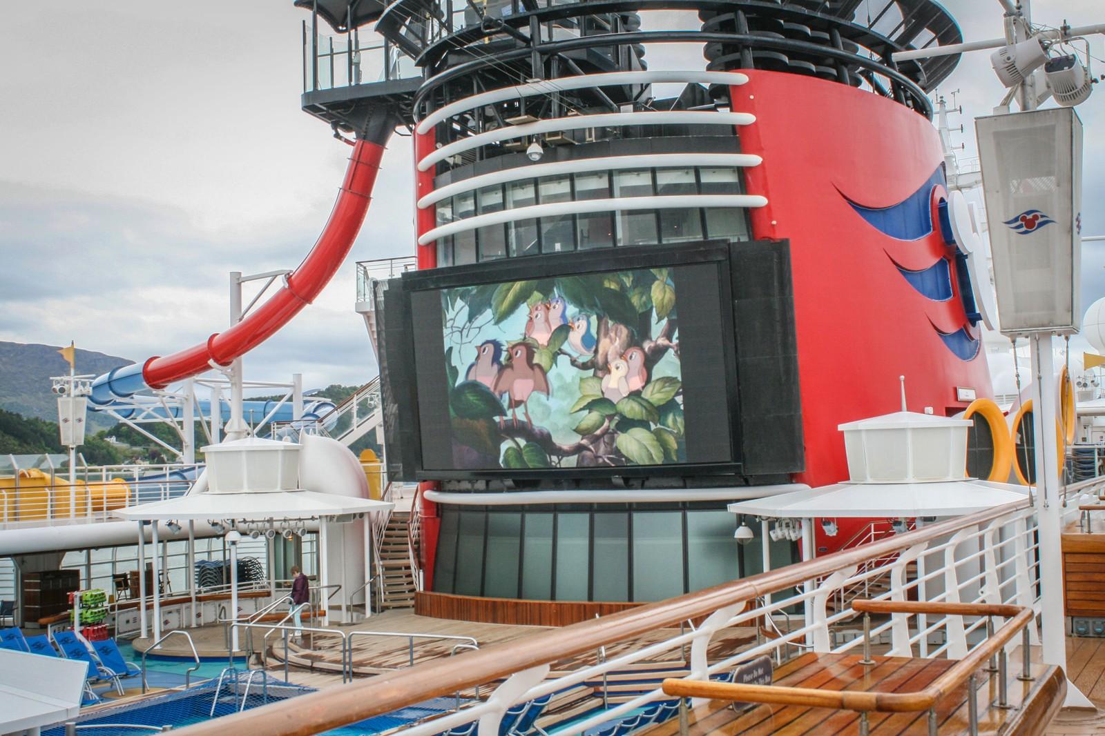 Her kan du slappe av i bassenget mens du ser på Disney-filmer.