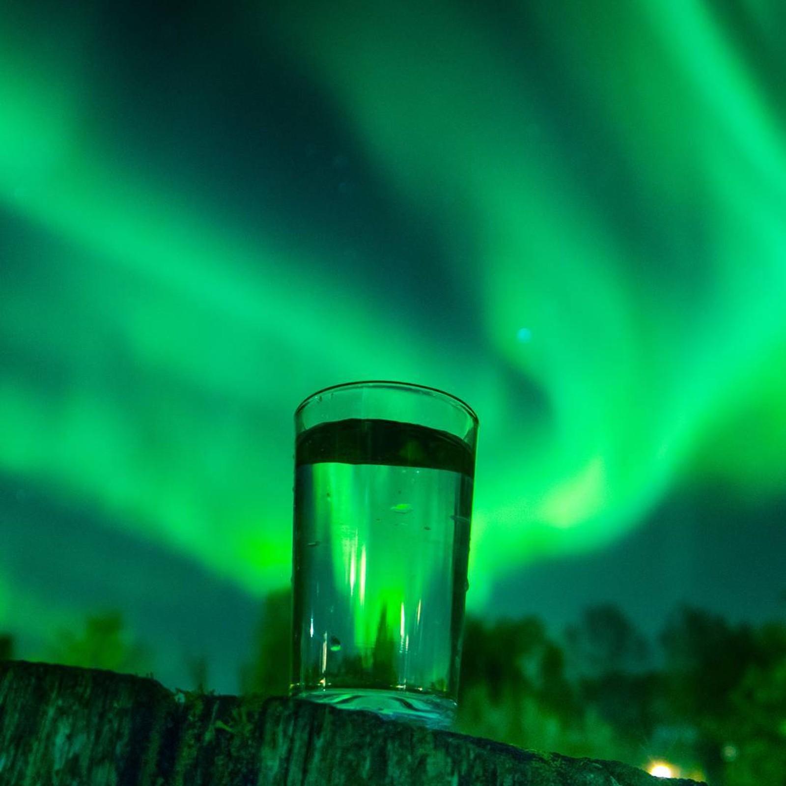 Nordlys gjennom et glass i Sortland.
