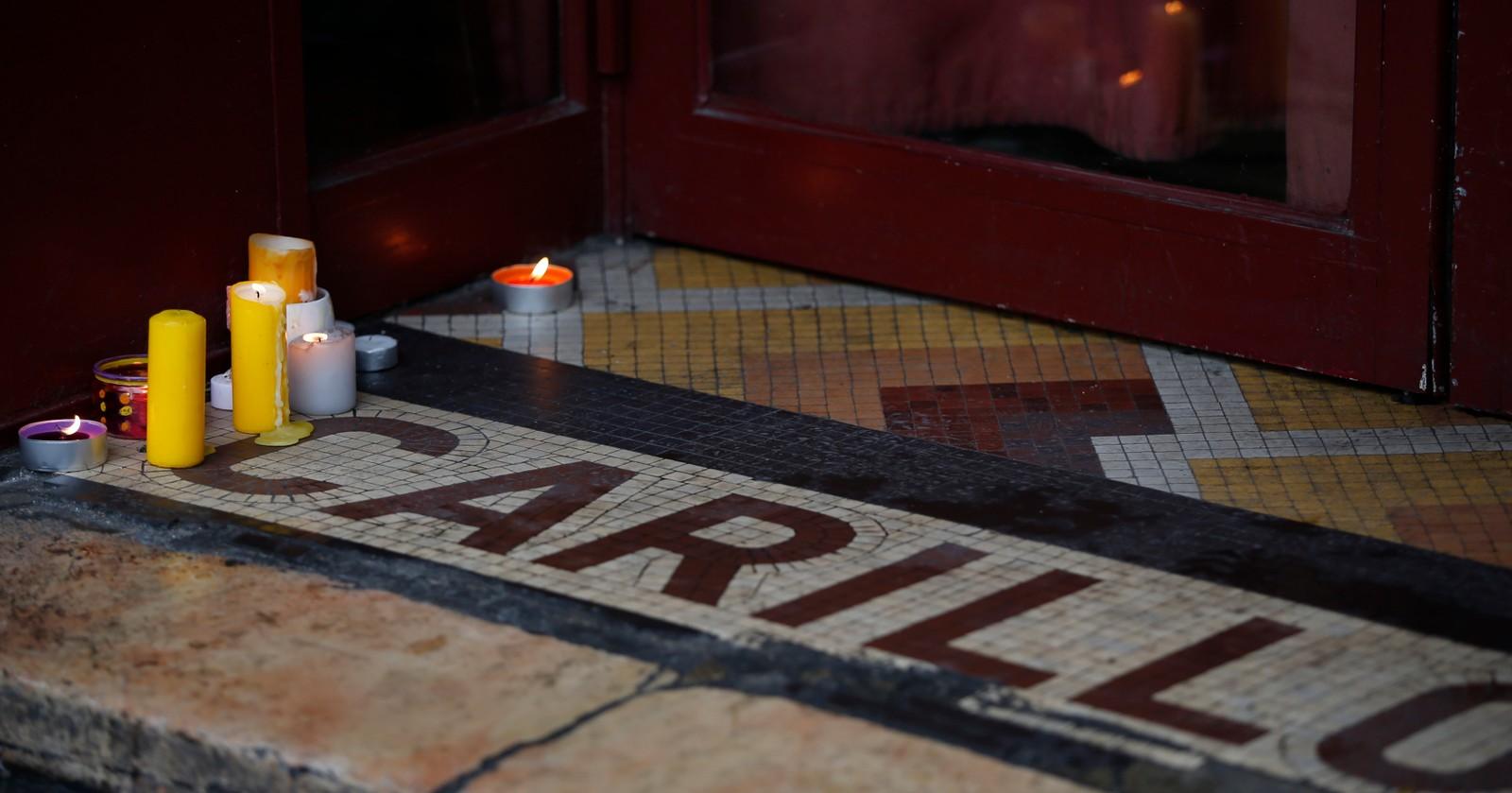 Folk har tent lys ved inngangen til Le Carillon.