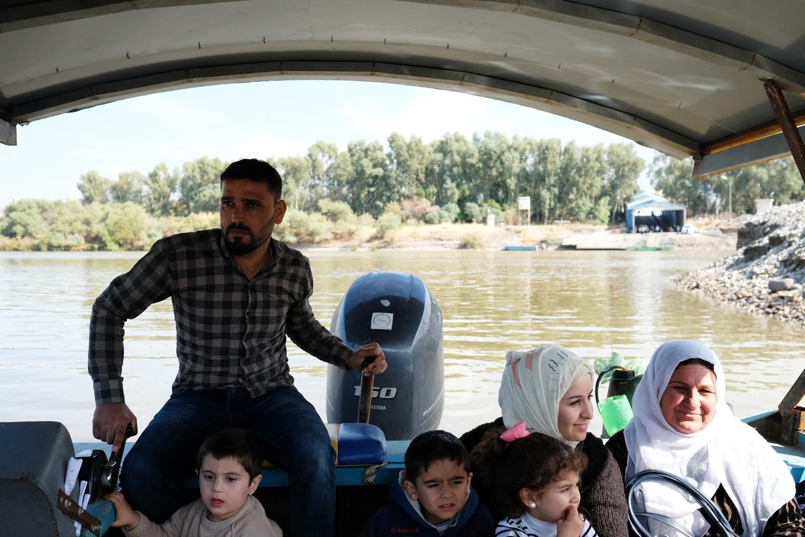 Båtene går så snart de er fulle. Mange syrere reiser med båt til Irak for å handle.