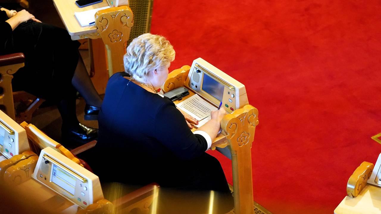 Erna Solberg flikker på talen